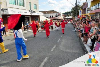 circo-social-no-desfile-natalino-de-rio-negro-24