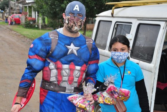 Circo Social distribui kits com doces para as crianças